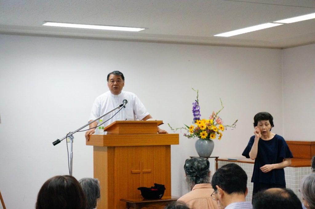 比嘉先生ご夫妻による手話を使った礼拝が行われています。奥様が説教の同時通訳をしてくださいました。